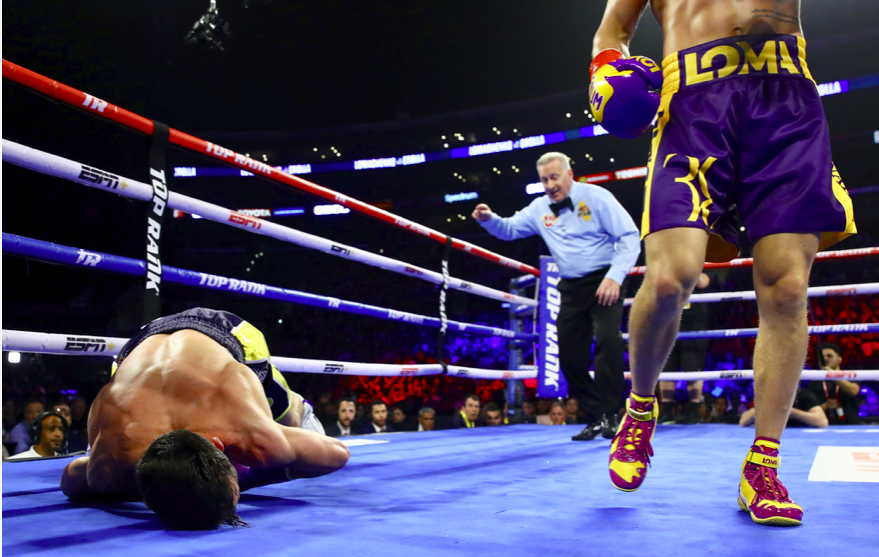 Loamcehnko crumples Crolla with a hook on April 12, 2019.