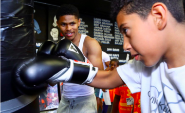 Shakur Stevenson shows a kid in Jersey the ropes. (Mikey Williams pic)